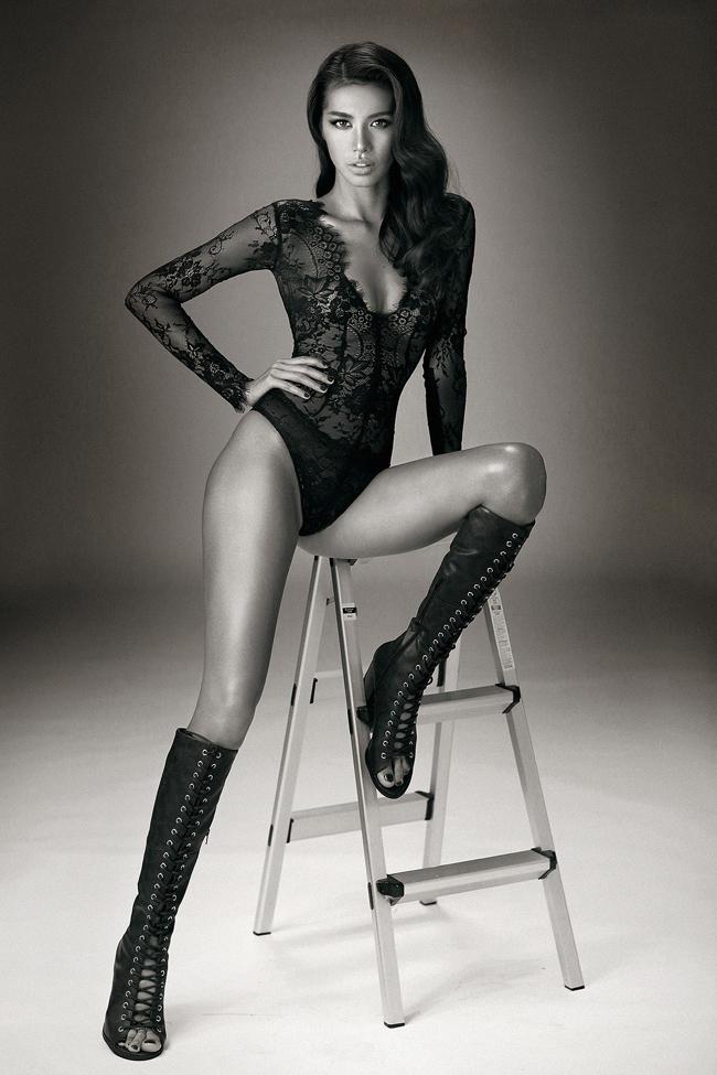 Sau lần hóa trang giống hệt Angelina Jolie, người mẫu Minh Túbắt đầu được công chúng Việt để ý