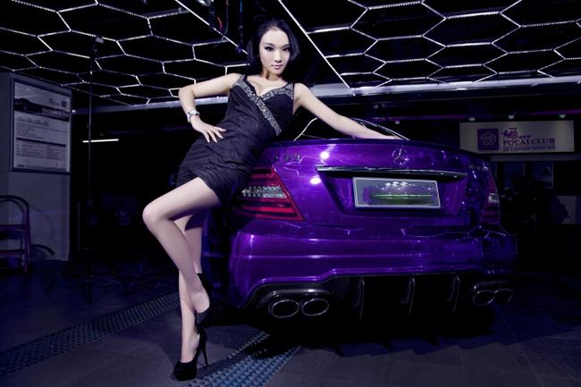 Chân dài tạo dáng đầy tự tin bên chiếc Mercedes C63 AMG màu tím bắt mắt