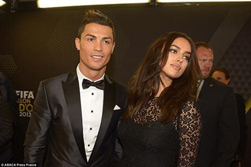 Ronaldo nói gì về những hotgirl vây quanh mình - 1