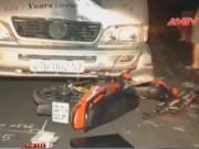 """Video An ninh - Xe máy """"đấu đầu"""" xe khách, 2 người thương vong"""