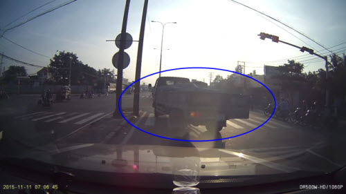 Video: Tài xế cầm gậy sắt dọa người chụp ảnh vi phạm - 1