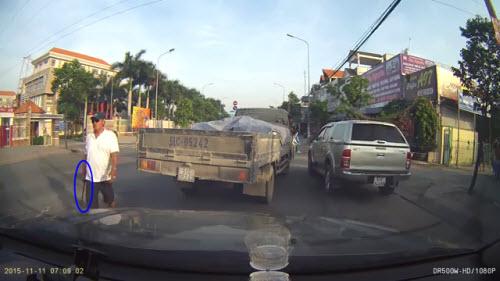 Video: Tài xế cầm gậy sắt dọa người chụp ảnh vi phạm - 2