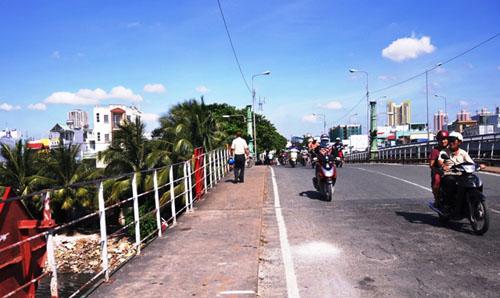 """TP.HCM: """"Khai tử"""" cây cầu gần trăm tuổi, người dân tiếc nuối - 6"""