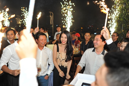 Trương Ngọc Ánh, Kim Lý chạm môi tình tứ sau clip tỏ tình - 9
