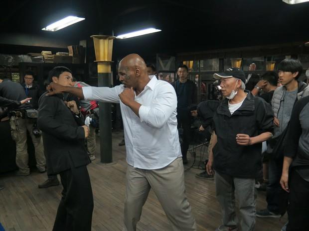 """Màn đối đầu """"nghẹt thở"""" giữa Chân Tử Đan và Mike Tyson - 3"""