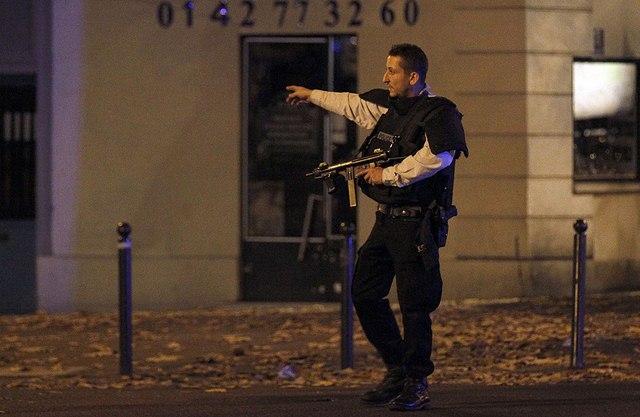 Video: Phút tiếng bom khủng bố gây chấn động sân bóng Pháp - 5