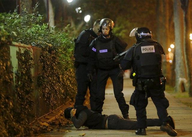 Video: Phút tiếng bom khủng bố gây chấn động sân bóng Pháp - 9