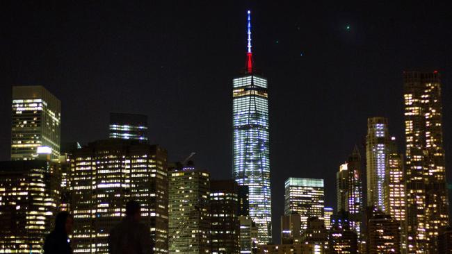 Thế giới rực sáng màu cờ Pháp sau khủng bố đẫm máu - 1