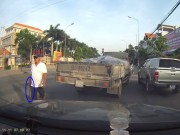 Tin tức trong ngày - Video: Tài xế cầm gậy sắt dọa người chụp ảnh vi phạm
