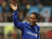 """Bóng đá - Ronaldinho diễn """"lườm rau gắp thịt"""" ở Old Trafford"""