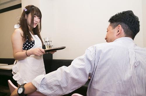 """Cà phê """"vợ tôi"""" có gái đẹp phục vụ gây xôn xao ở Nhật - 3"""