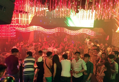"""Cảnh sát ập vào quán bar, 250 dân chơi SG vội vứt """"hàng"""" - 1"""