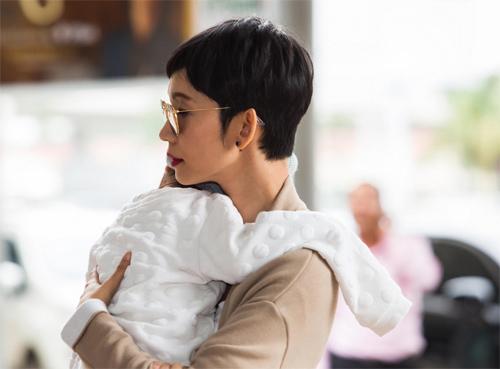 """""""Thiên thần nhỏ"""" của Xuân Lan ngủ ngoan trên vai mẹ - 6"""