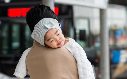 """""""Thiên thần nhỏ"""" của Xuân Lan ngủ ngoan trên vai mẹ - 7"""