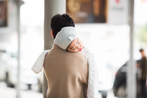 """""""Thiên thần nhỏ"""" của Xuân Lan ngủ ngoan trên vai mẹ - 4"""