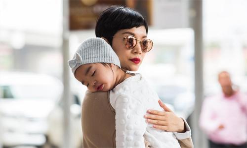 """""""Thiên thần nhỏ"""" của Xuân Lan ngủ ngoan trên vai mẹ - 5"""