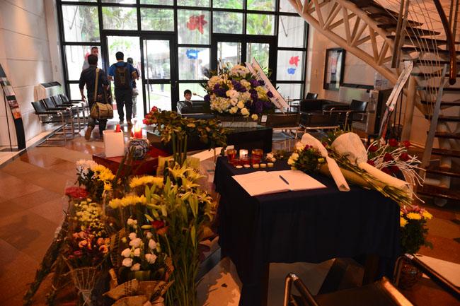 Xúc động lễ tưởng niệm nạn nhân vụ khủng bố Paris tại HN - 13