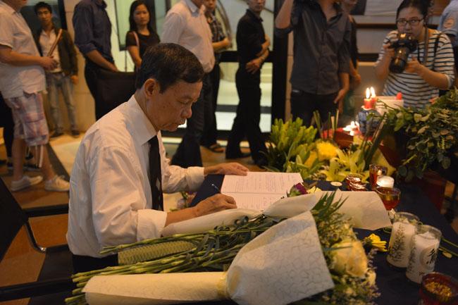 Xúc động lễ tưởng niệm nạn nhân vụ khủng bố Paris tại HN - 7