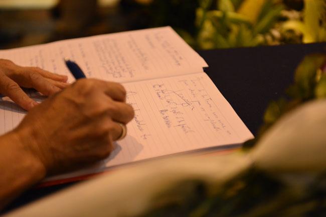 Xúc động lễ tưởng niệm nạn nhân vụ khủng bố Paris tại HN - 9
