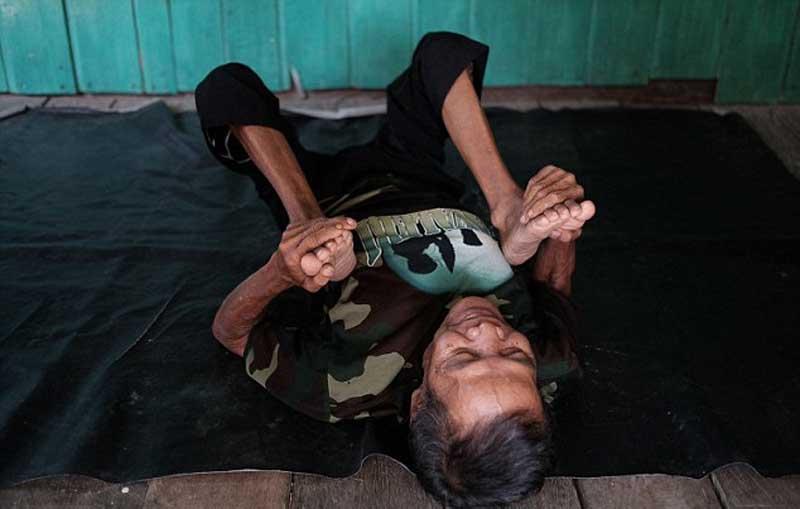 Indonesia: Cụ ông 68 tuổi khoe biệt tài uốn dẻo như rắn - 2