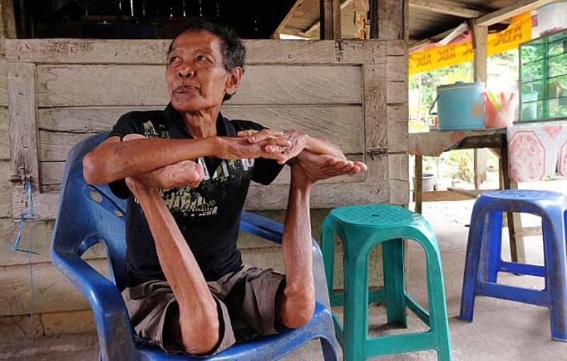 Indonesia: Cụ ông 68 tuổi khoe biệt tài uốn dẻo như rắn - 4