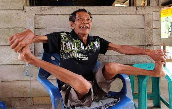Indonesia: Cụ ông 68 tuổi khoe biệt tài uốn dẻo như rắn - 5