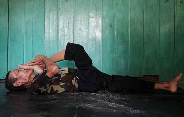 Indonesia: Cụ ông 68 tuổi khoe biệt tài uốn dẻo như rắn - 6