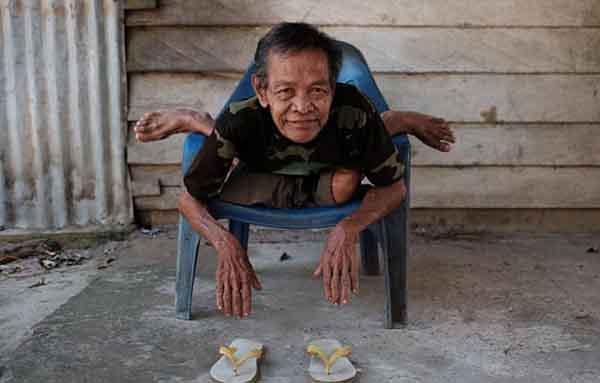Indonesia: Cụ ông 68 tuổi khoe biệt tài uốn dẻo như rắn - 3