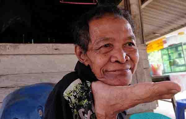 Indonesia: Cụ ông 68 tuổi khoe biệt tài uốn dẻo như rắn - 7