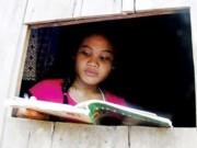 Giới trẻ - Cô bé quả cảm một chân lò cò kiếm chữ