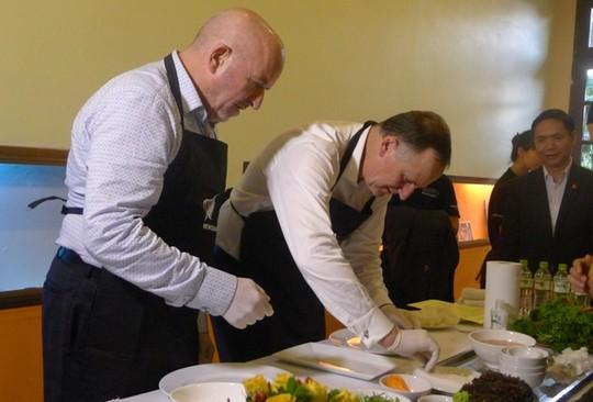 Thăm VN, Thủ tướng New Zealand vào bếp làm phở cuốn - 10