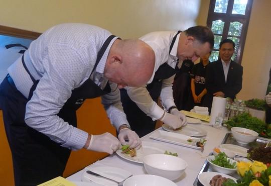 Thăm VN, Thủ tướng New Zealand vào bếp làm phở cuốn - 11