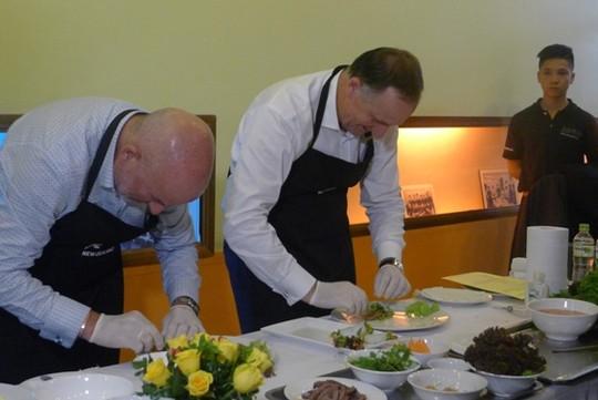 Thăm VN, Thủ tướng New Zealand vào bếp làm phở cuốn - 12