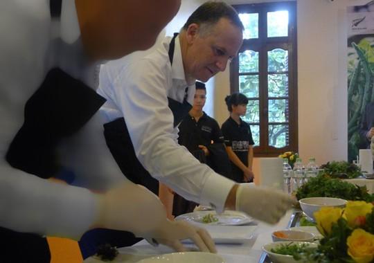 Thăm VN, Thủ tướng New Zealand vào bếp làm phở cuốn - 13