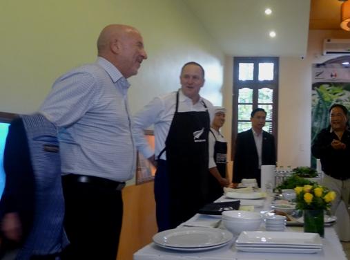 Thăm VN, Thủ tướng New Zealand vào bếp làm phở cuốn - 4