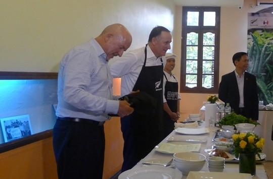 Thăm VN, Thủ tướng New Zealand vào bếp làm phở cuốn - 5