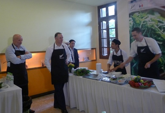 Thăm VN, Thủ tướng New Zealand vào bếp làm phở cuốn - 6