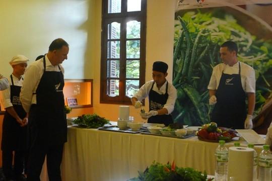 Thăm VN, Thủ tướng New Zealand vào bếp làm phở cuốn - 7