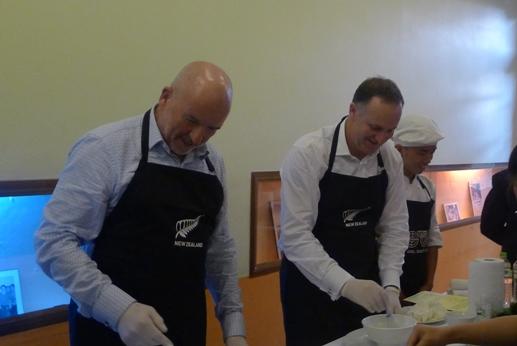 Thăm VN, Thủ tướng New Zealand vào bếp làm phở cuốn - 8