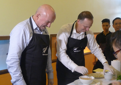Thăm VN, Thủ tướng New Zealand vào bếp làm phở cuốn - 9