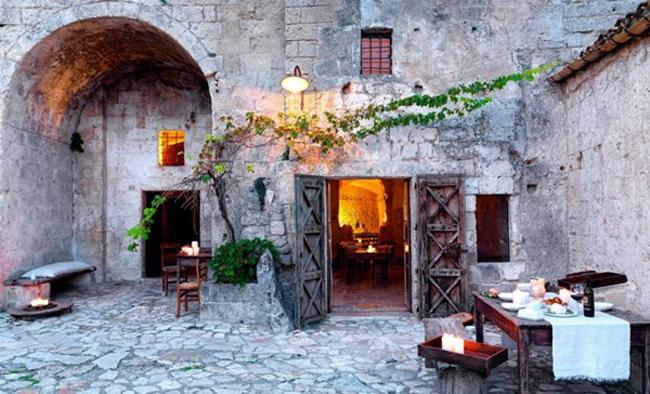 """1. Sextantio Della Civita Della Grotte, khách sạn đá cổ xưa ở Ý:Tọa lạc ở thành phốMatera, Ý, Sextantio Della Civita Della Grotte được mệnh danh là """"khách sạn thiên đường"""" trong lòng núi đá. Khách sạn cũng có tên trong bảng vàng các di sản thế giới của Unesco."""