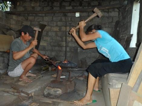 Bố mẹ thợ rèn nuôi ba con đậu ĐH Y Hà Nội - 1