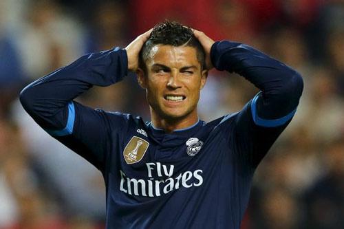 Real tính bán Ronaldo vì ghét Benitez, MU vào cuộc - 2