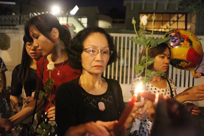 Người Hà Nội cầu nguyện cho Paris - 2