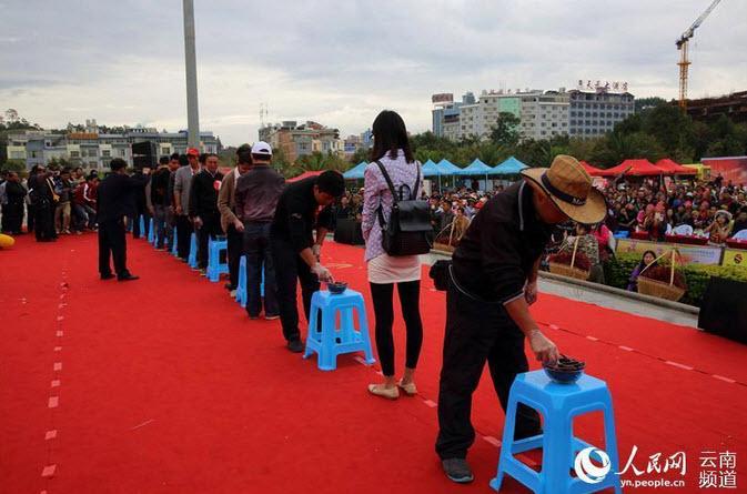 """""""Vã mồ hôi"""" xem cuộc thi ăn ớt giỏi nhất Trung Quốc - 1"""