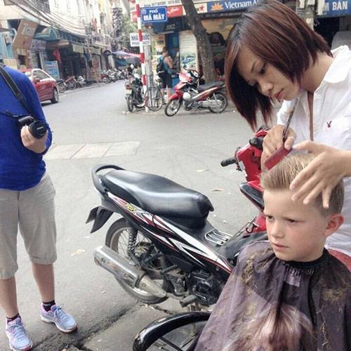 Quán tóc vỉa hè của cô gái trẻ nườm nượp khách Tây - 4