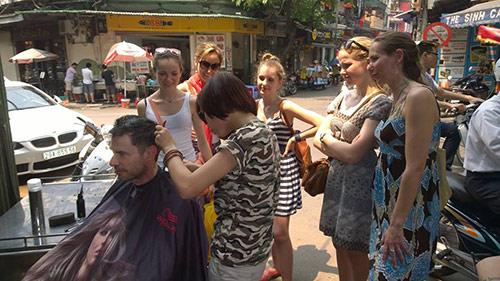 Quán tóc vỉa hè của cô gái trẻ nườm nượp khách Tây - 2