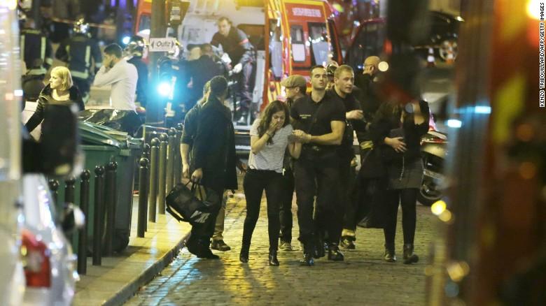 Những hình ảnh ấm lòng sau vụ khủng bố đẫm máu ở Pháp - 1