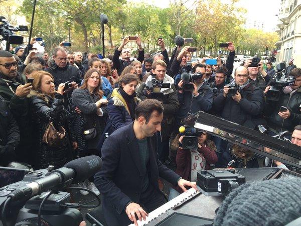 Những hình ảnh ấm lòng sau vụ khủng bố đẫm máu ở Pháp - 6