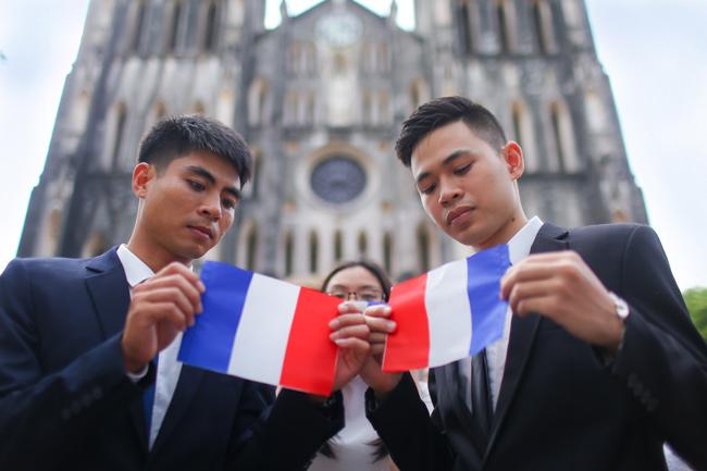Sinh viên Thủ đô chụp ảnh kỷ yếu cầu nguyện cho Paris - 7